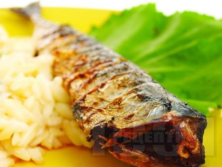 Вкусна печена цяла риба скумрия на фурна с гарнитура от варена паста с форма на ориз (орзо) - снимка на рецептата